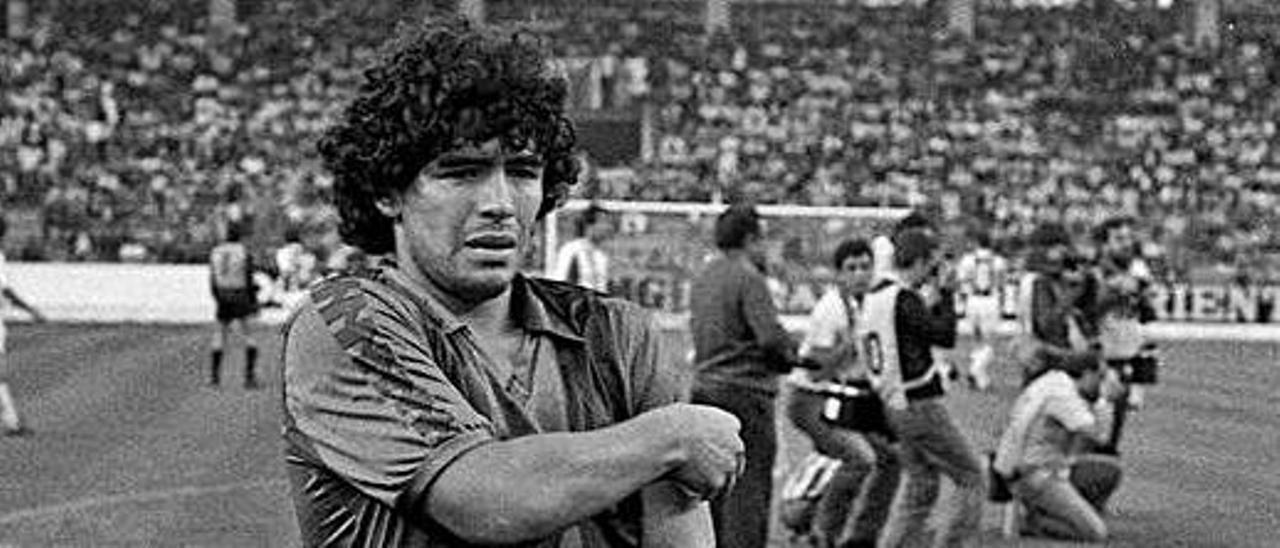 Maradona, con el Barça en el Molinón antes de jugar el Costa Verde.