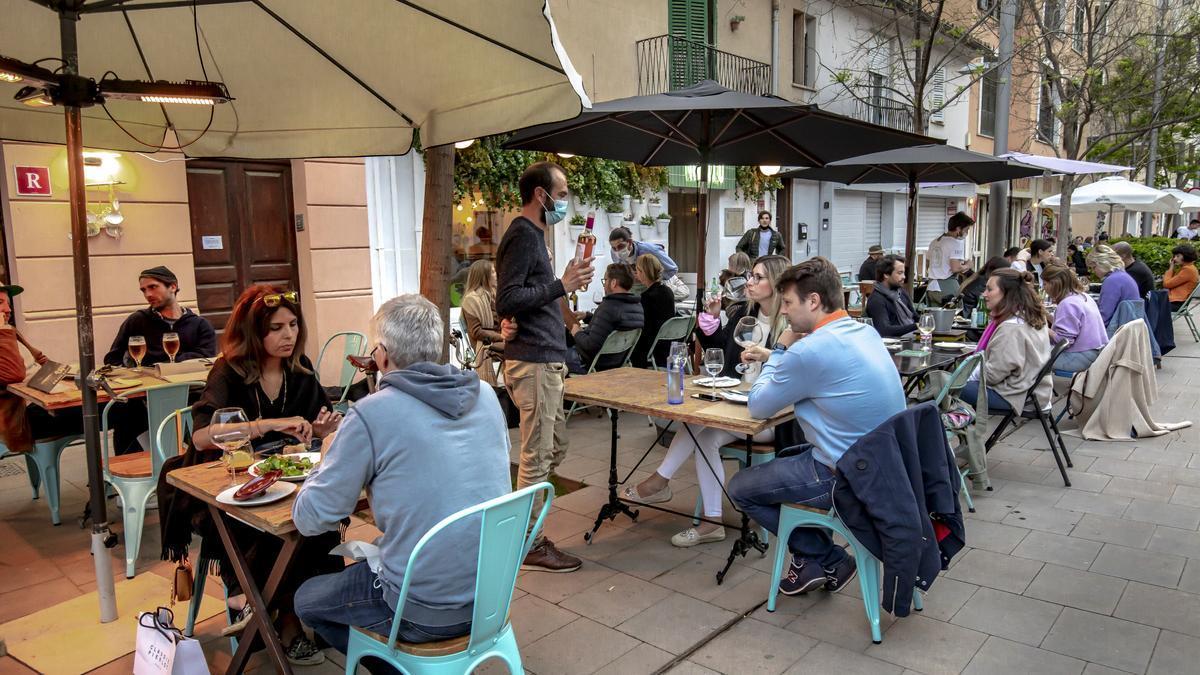 Terrazas en la calle Fàbrica, en Palma