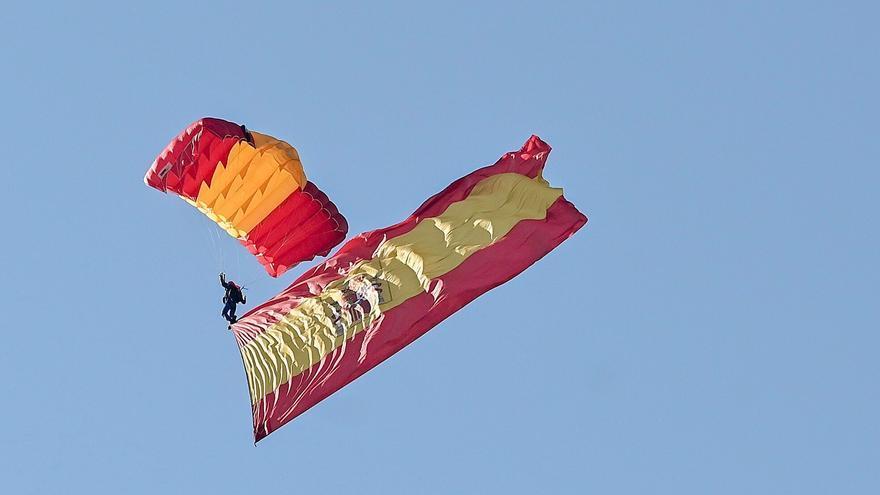 Aterrizaje sin incidentes de la brigada paracaidista con la bandera de España
