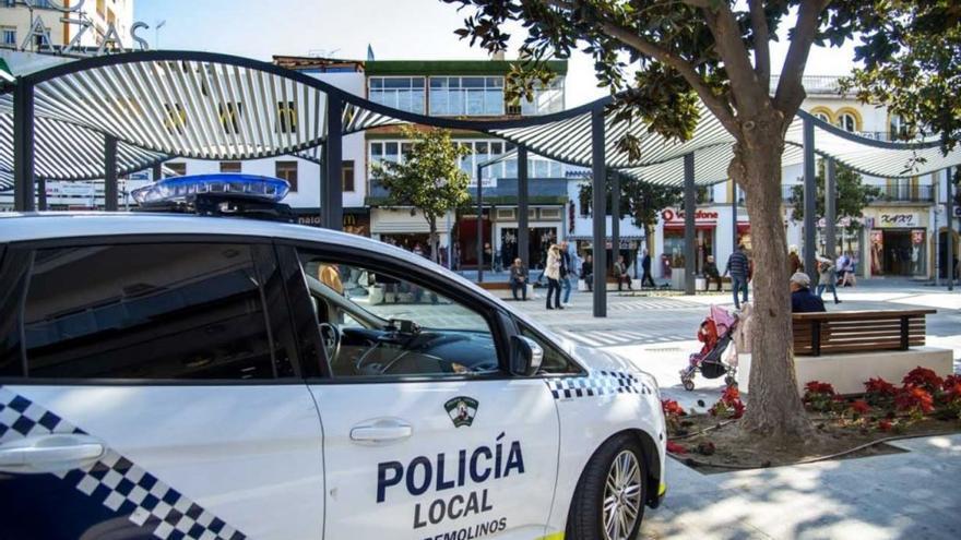 Heridos cinco jóvenes en Torremolinos al salirse de la vía un turismo y chocar con una rotonda