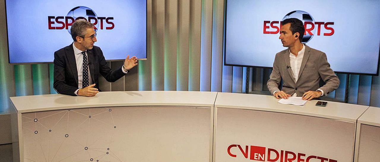 El conseller Arcadi España contesta al periodista Juanma Romero en Levante TV. | F.BUSTAMANTE