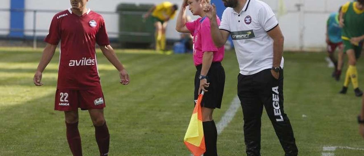 Lucho Valera da indicaciones en un partido en el Muro de Zaro esta temporada.