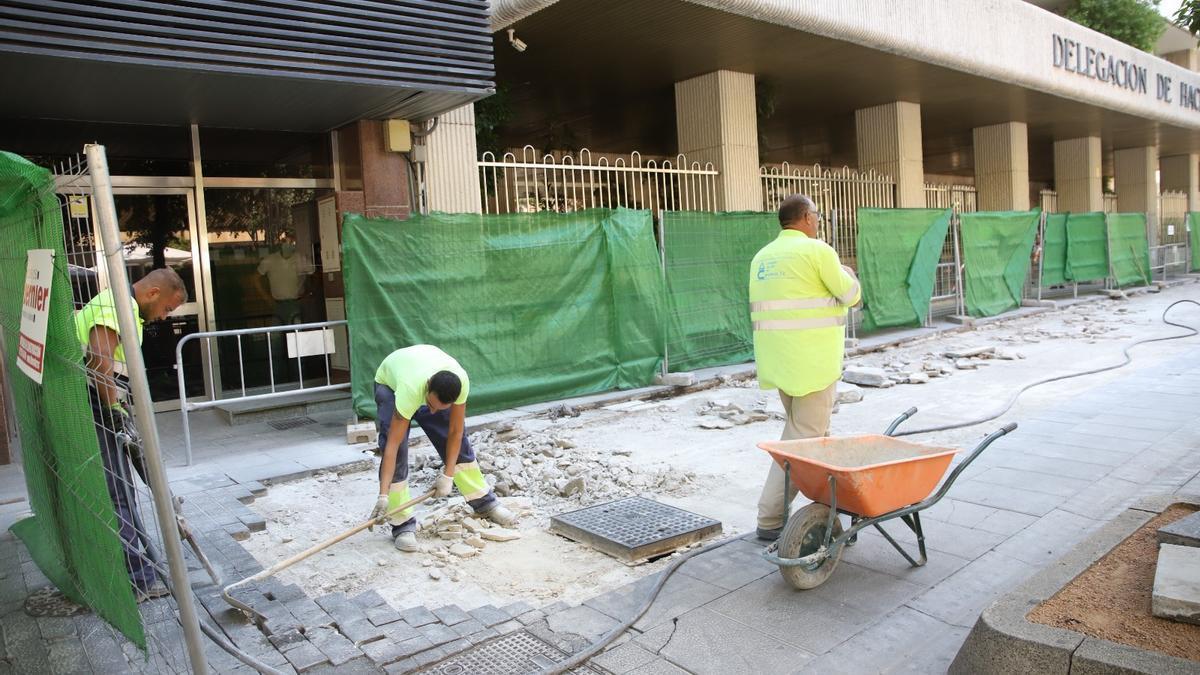 Operarios en la obra para la reparación del carril de tráfico del Bulevar de Gran Capitán.