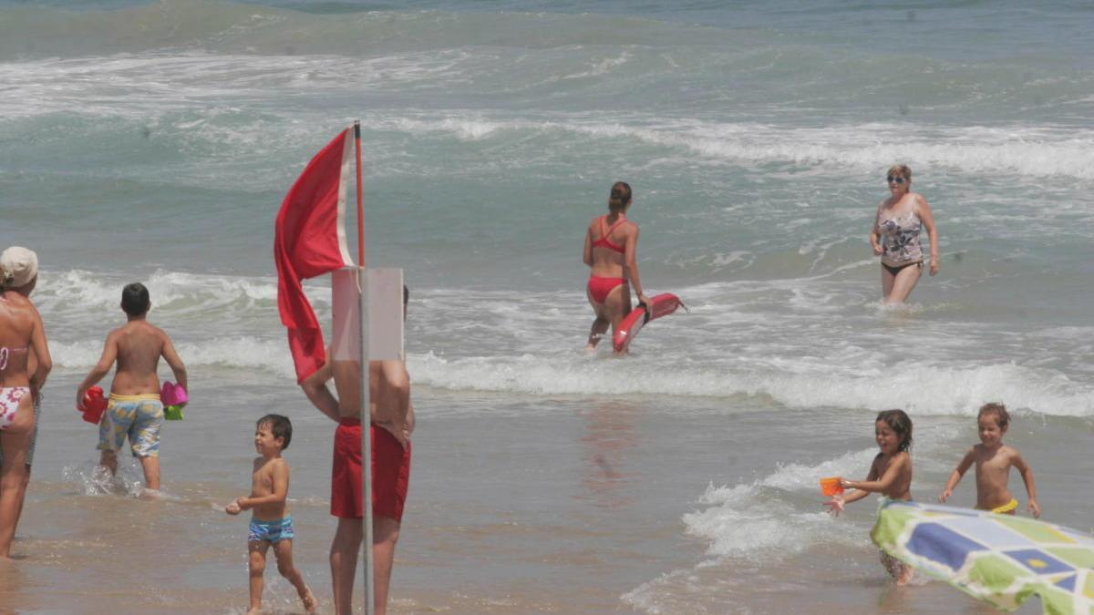 Prohibido el baño en dos playas de la Región y cinco banderas amarillas