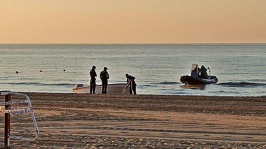 Trasladan a Cádiz a 14 migrantes que llegaron en patera a Alicante