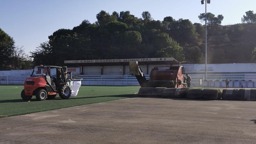 Sant Fruitós comença a canviar la gespa artificial del camp de futbol