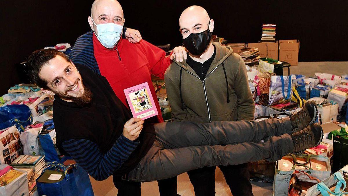 Fran Barcia e Dani Palleiro collen no colo a Dani Blasco no local da Tobeira nos Castros.