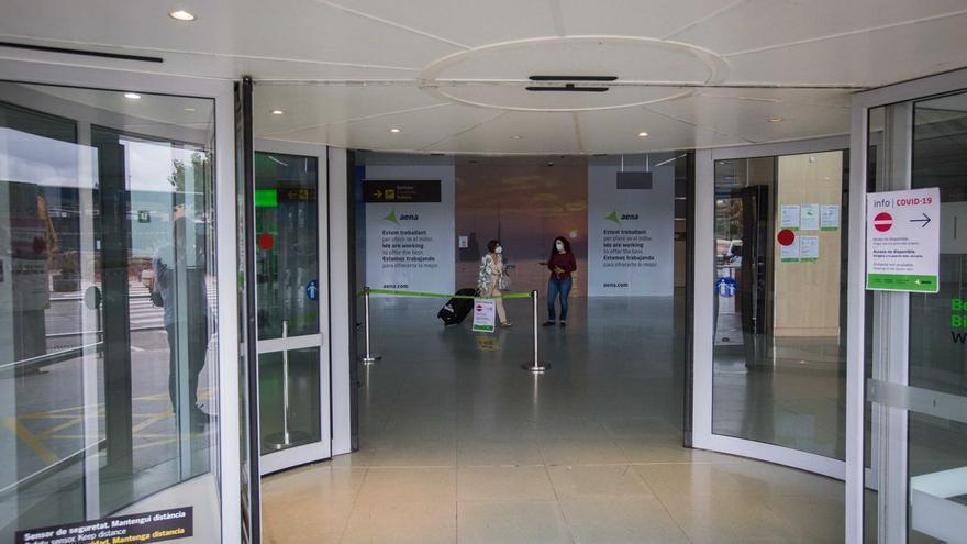 Cintas paradas, terminal a oscuras y un gabinete de crisis: crónica de un apagón en el aeropuerto de Ibiza