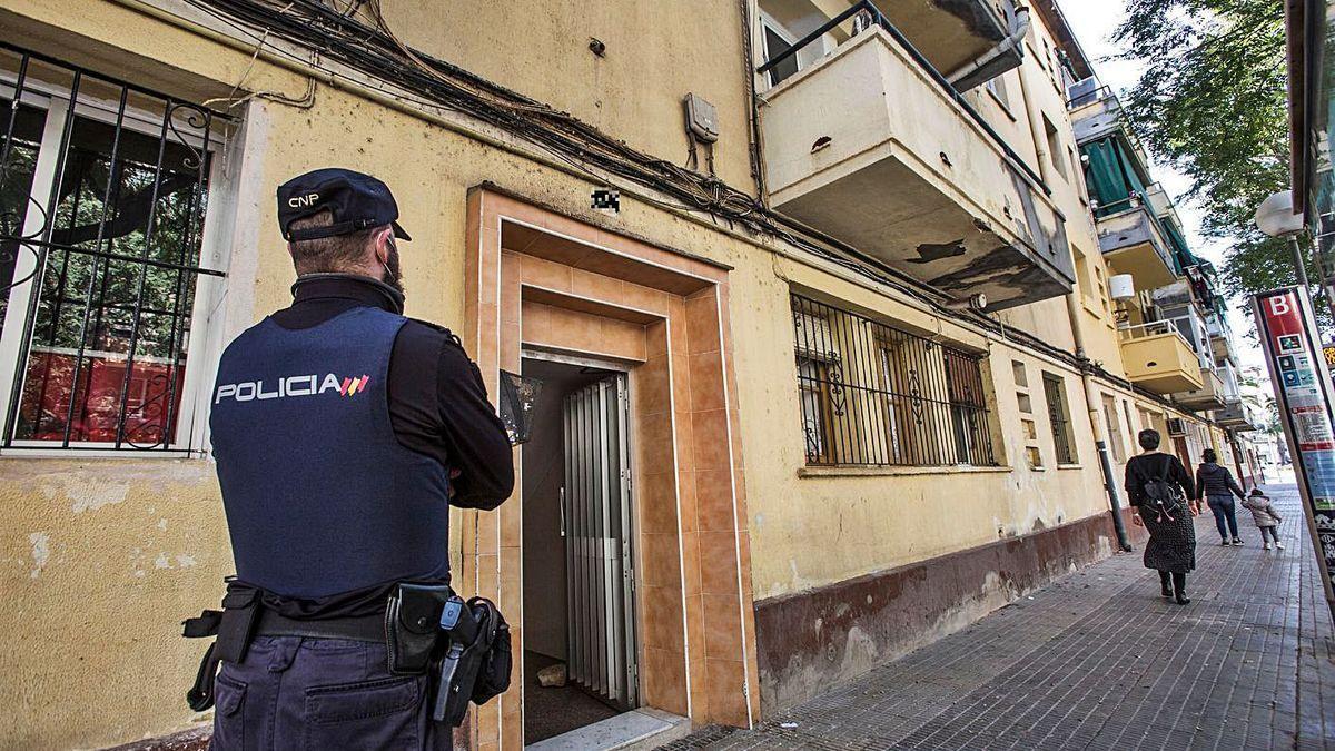 Un agente de la Policía Nacional custodia la finca donde querían entrar familias okupas.