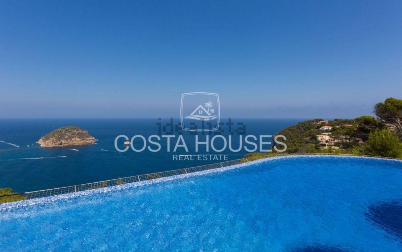 """Dos piscinas de amplio tamaño y en distintas alturas para disfrutar en la """"máxima intimidad""""."""
