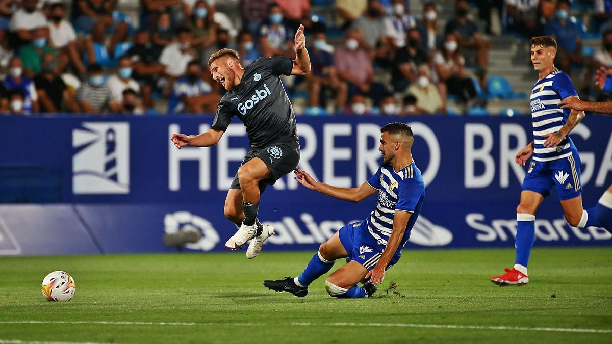 Samu Sáiz rep una forta escomesa durant la primera sortida de la temporada, a Ponferrada, on el Girona va perdre per 2-1