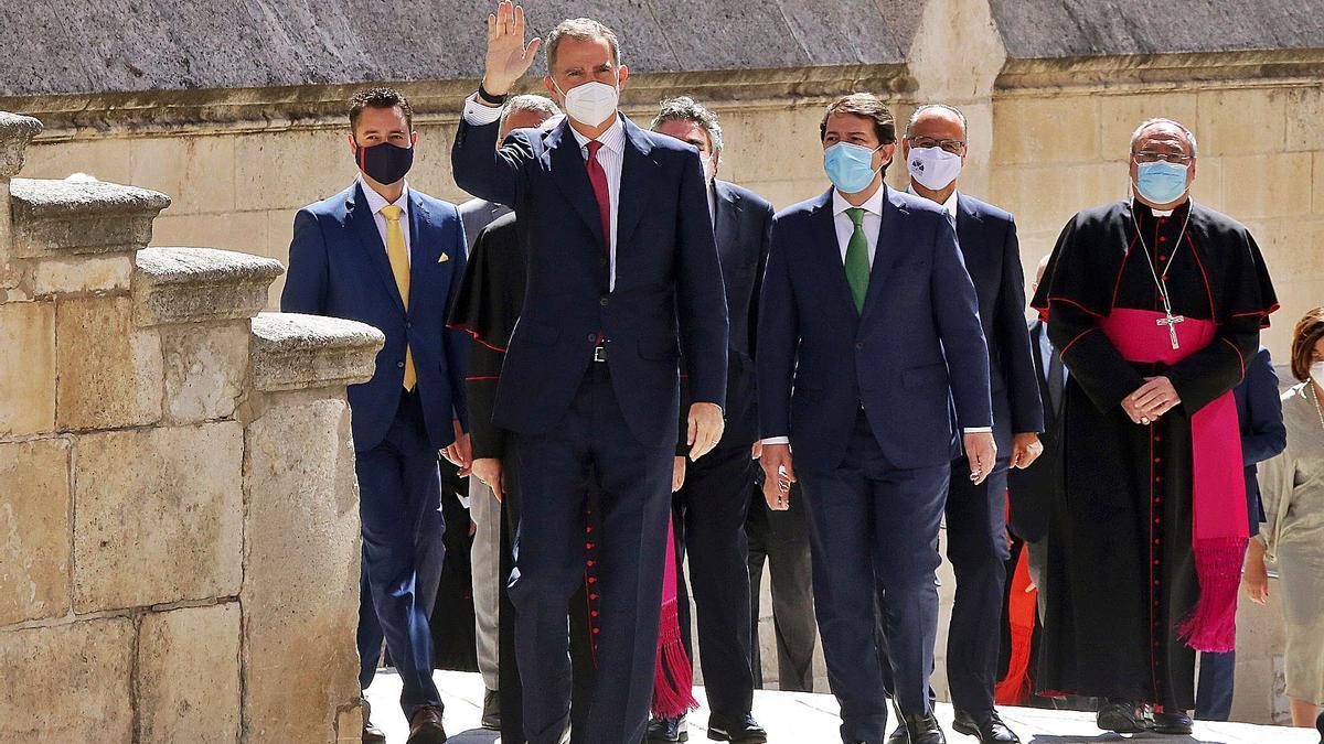 El rey Felipe VI, junto al presidente Mañueco, en el centro, junto a otras autoridades, a su llegada a la Catedral de Burgos ayer. | Ical |  ICAL