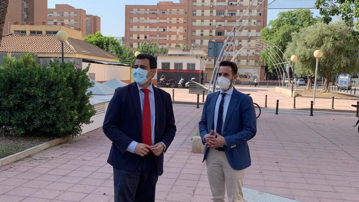El consejero de Fomento e Infraestructuras, José Ramón Díez de Revenga, y el director de Vivienda, José Francisco Lajara, tras la presentación del balance del programa europeo de erradicación del chabolismo en la Región de Murcia.
