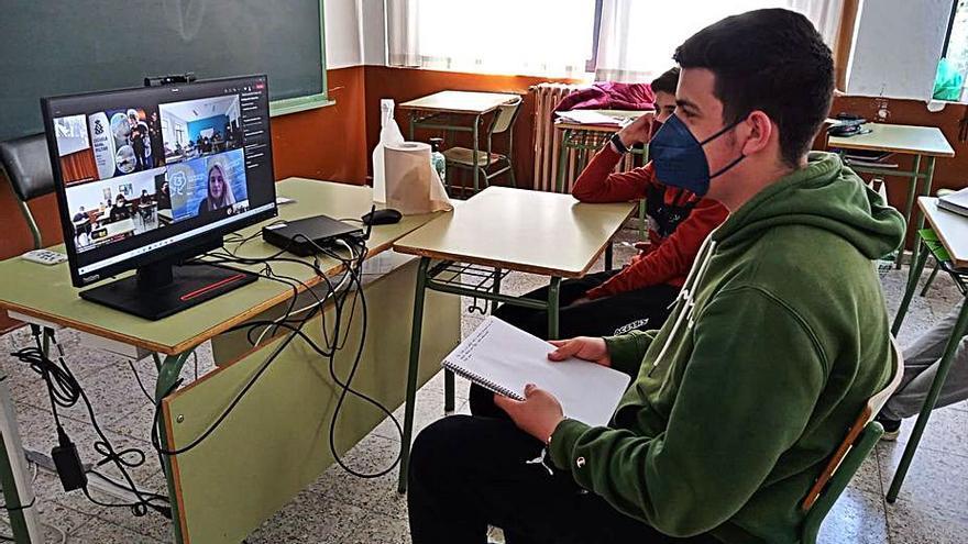Tres mujeres militares llevan su experiencia profesional a los alumnos del IES de Vegadeo