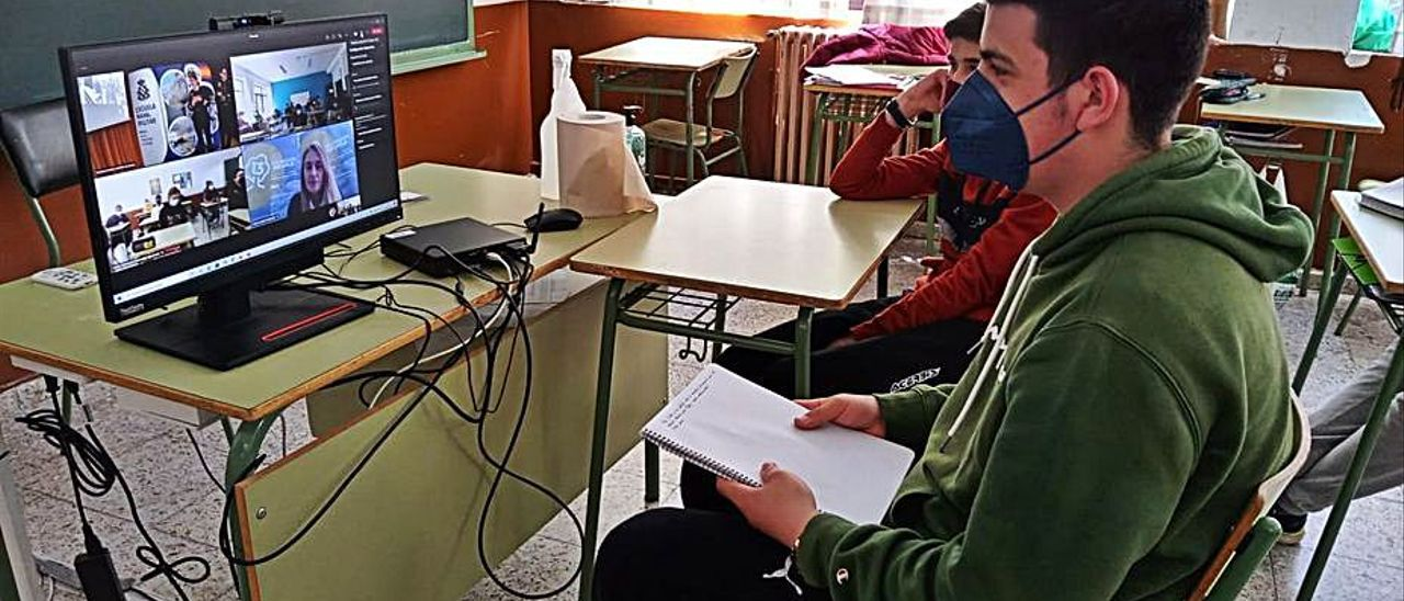 El alumno Víctor Lombardía, durante la charla. | Reproducción A. M. S.