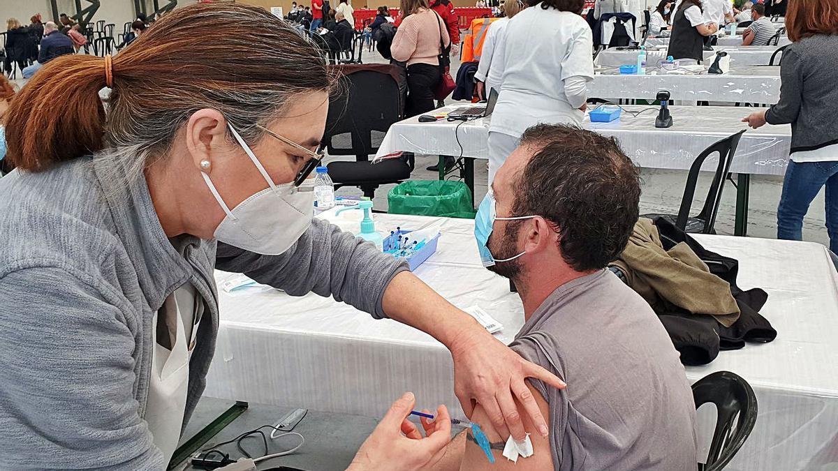 Un hombre es vacunado en el IFEVI.