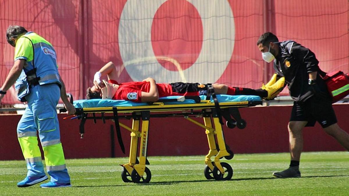 El jugador del Mallorca Babandona el campo en camilla.