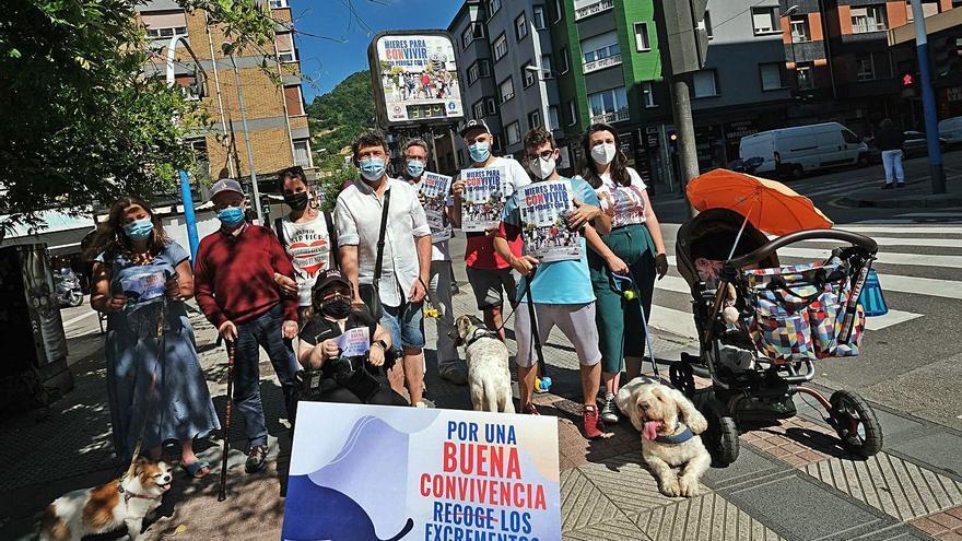 Son de Mieres, tienen perru: se recrudece la protesta que prohíbe los perros en los parques de Mieres