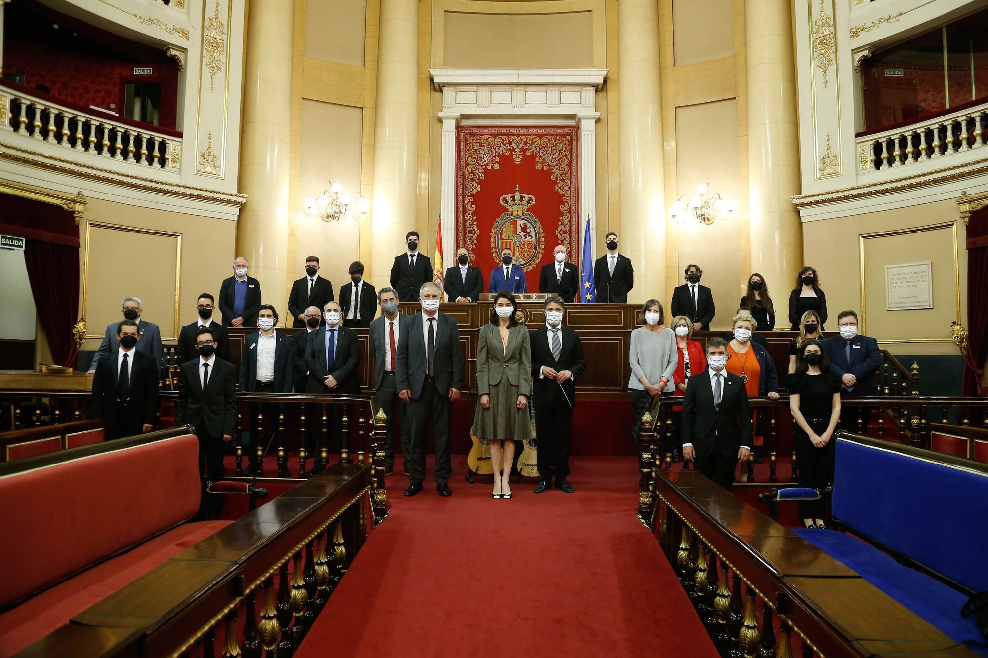 Foto de familia con los intérpretes y autoridades en el Senado.