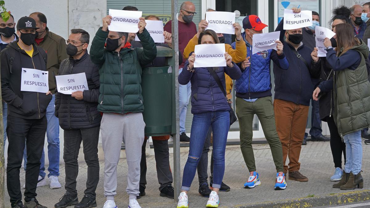 El sector de las fiestas y verbenas protesta frente al Parlamento de Galicia.