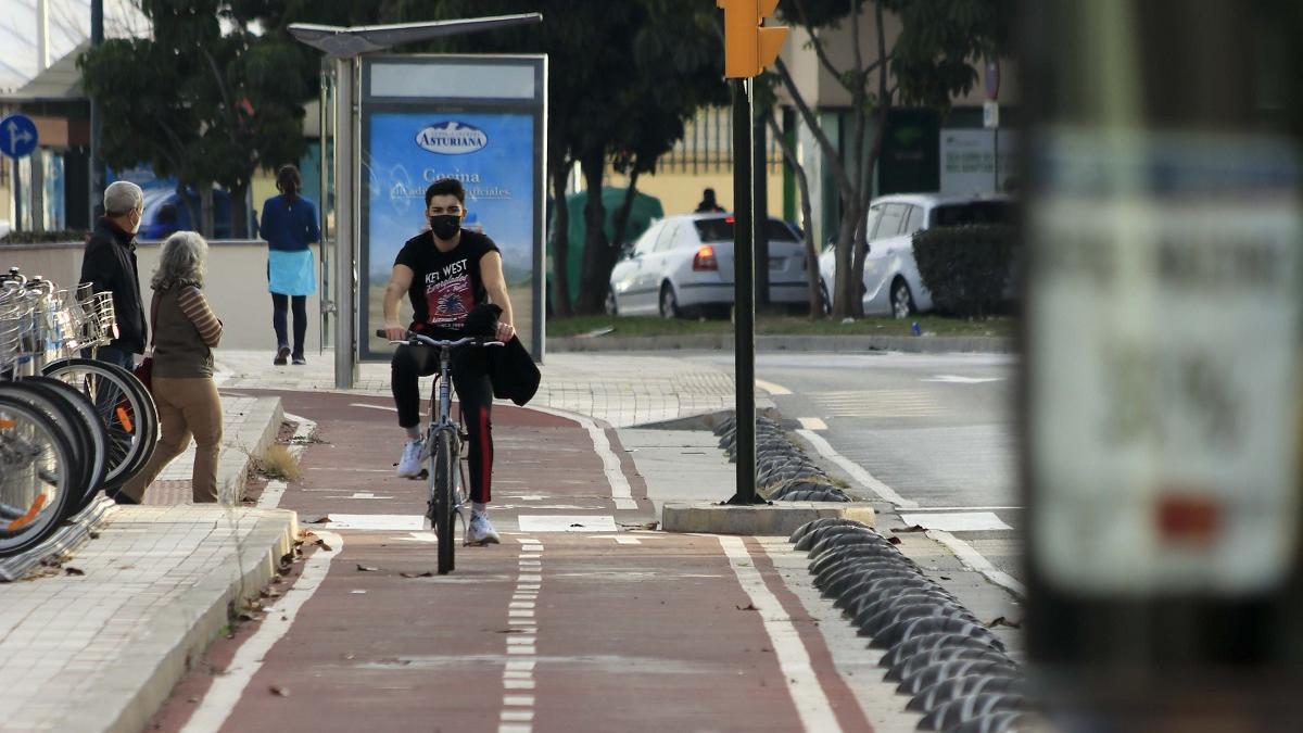 Un ciclista usa un carril bici en la capital.