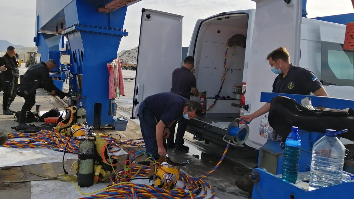 Imagen de los buzos preparando el material.
