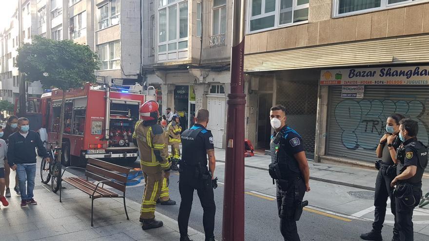 Amplio despliegue en el centro de Vigo para sofocar un incendio en una vivienda