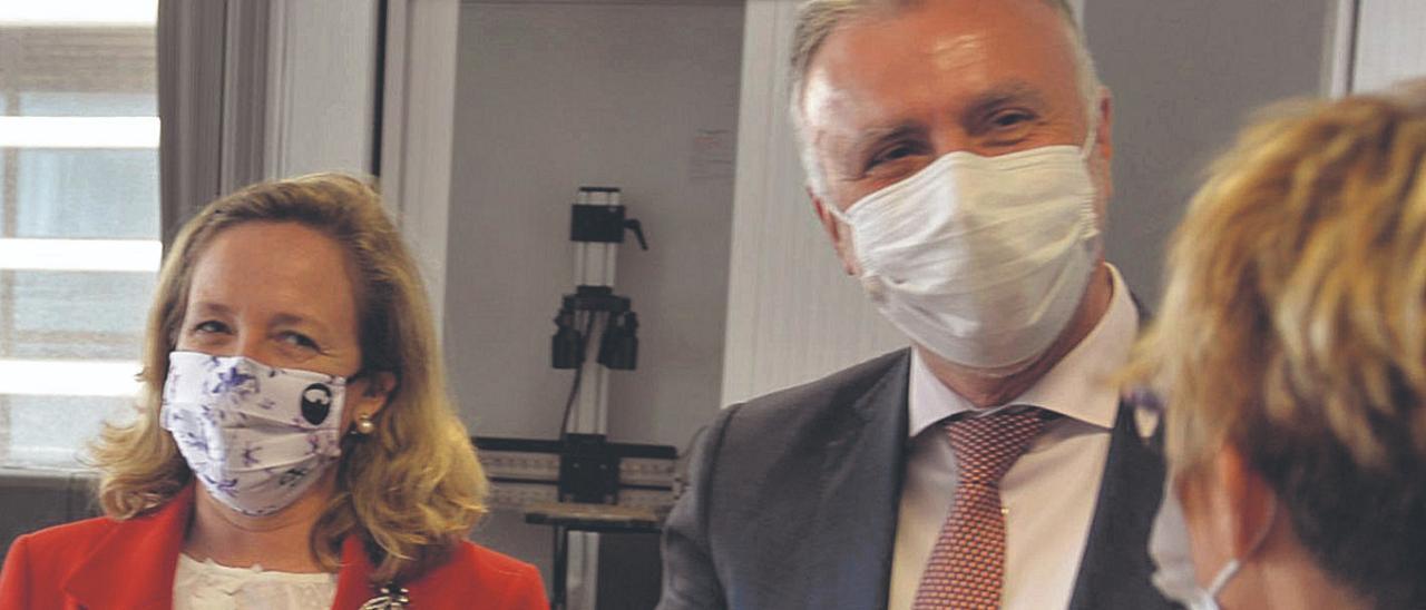 La ministra Calviño con la consejera de Economía de Canarias, Elena Máñez y el presidente Torres, el lunes en la ULPGC.     JC. GUERRA