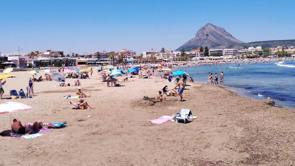 La playa del Arenal de Xàbia ya empieza a tener una afluencia notable en mayo