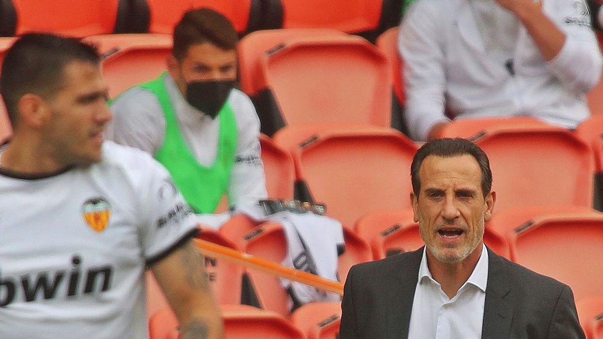 Voro González traslada instrucciones a Maxi Gómez, en el partido de ayer en Mestalla.   NOMBRE FEQWIEOTÓGRAFO