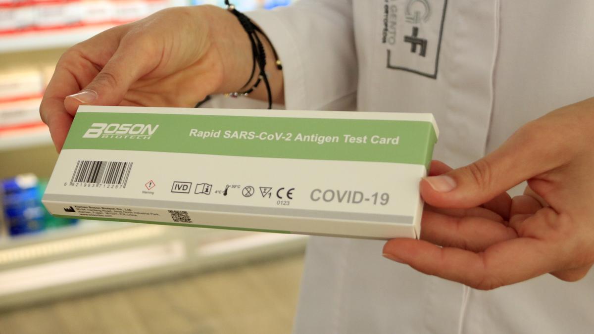 Una capsa d'un test d'antígens ràpid de la covid
