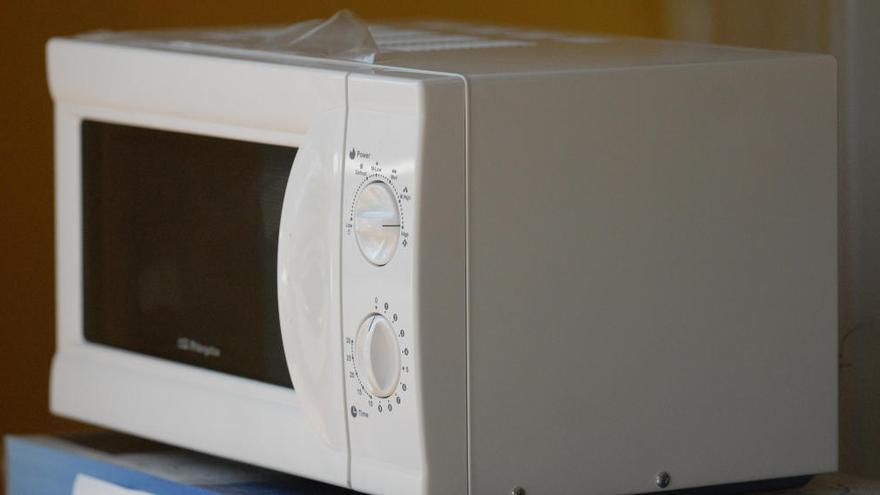 La mezcla casera definitiva que debes usar para que tu microondas permanezca limpio y brillante