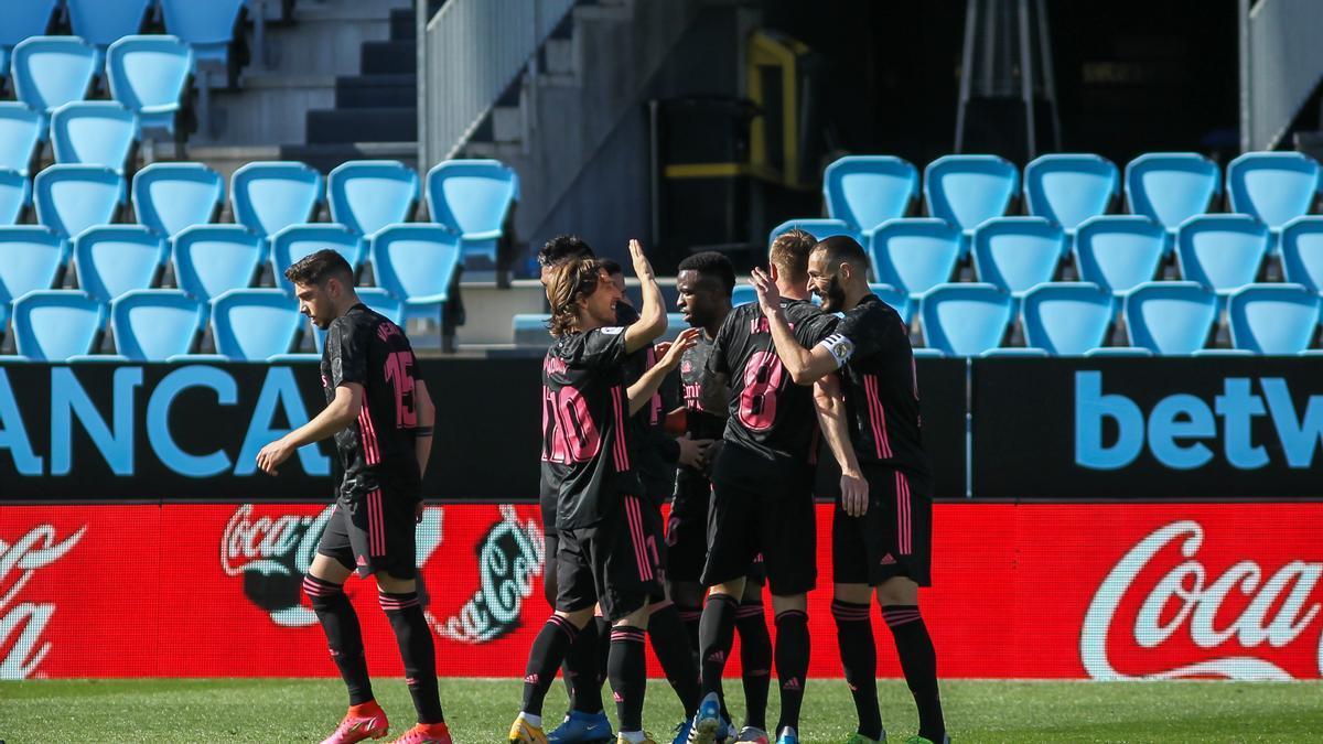 Los jugadores del Real Madrid celebran uno de los goles de Benzema