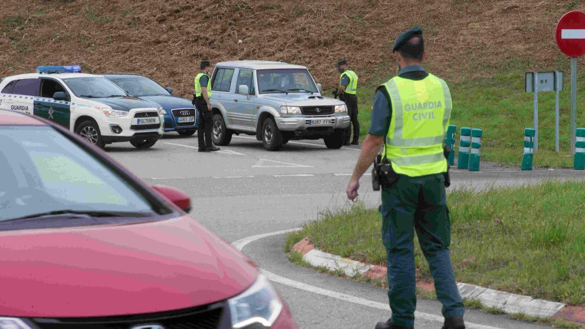 Control de acceso de la Guardia Civil en Ribadeo. // EP