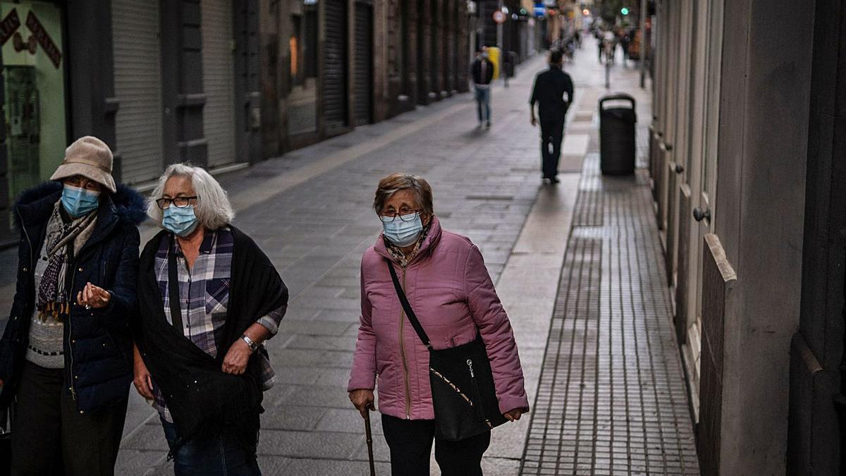 Gente con mascarilla en el centro de Santa Cruz de Tenerife, ayer.