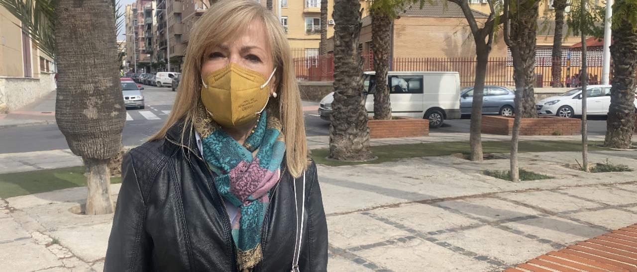 La concejala del PP de Elche, Elena Bonet, en el barrio de Carrús