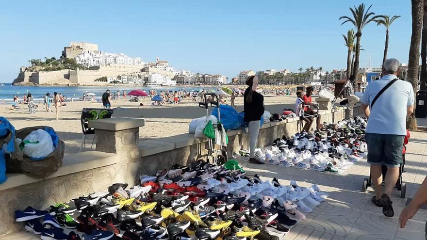 Comerciantes locales y 'manteros' compartieron espacio en el paseo marítimo de Peñíscola, apenas separados por 300 metros.
