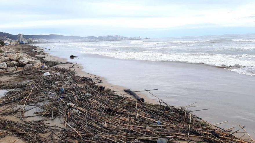 La suciedad arrastrada por ríos y barrancos se deposita ahora en la playa