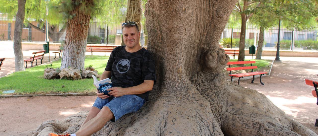 El autor con la novela en un parque.