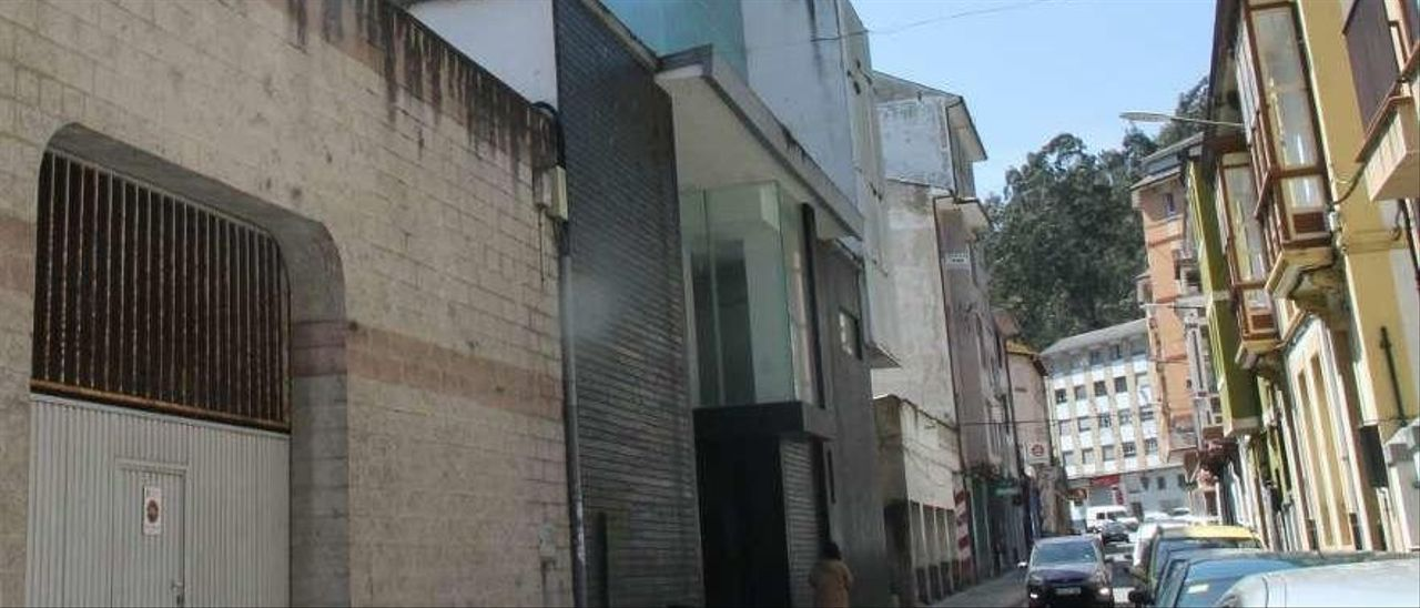 El edificio del cine Goya de Luarca, a la izquierda.