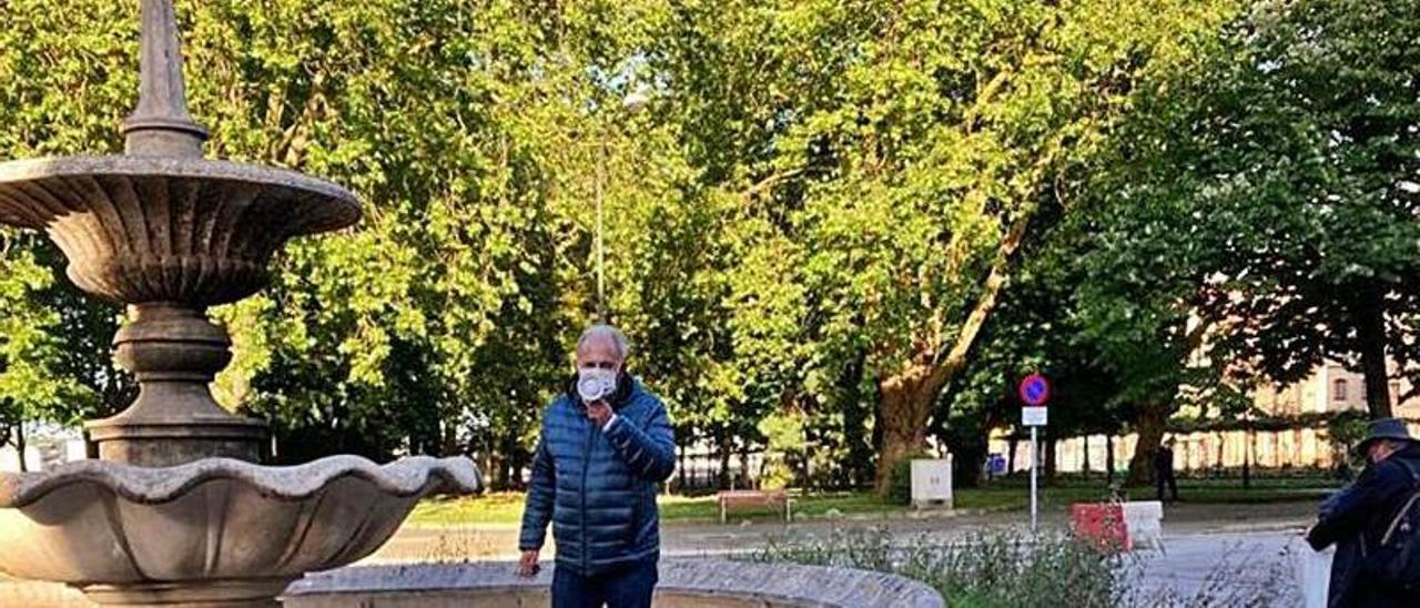 Francisco Zarracina, ayer, delante de la fuente y de las flores plantadas, dirigiéndose a los asistentes al acto. | I. M.