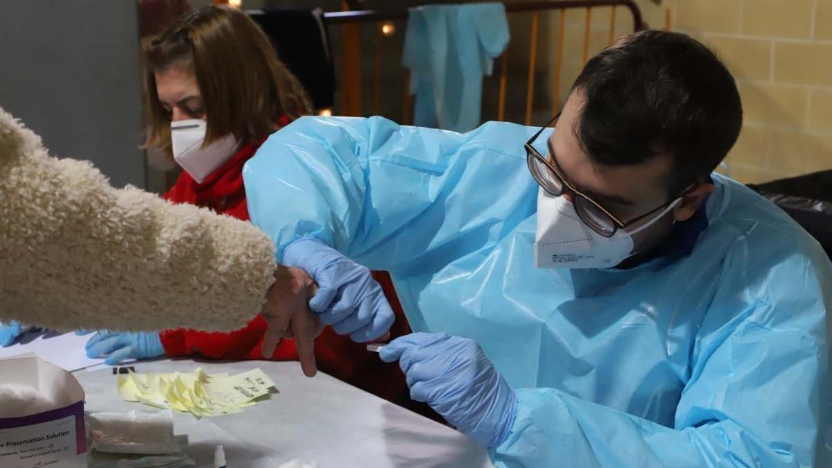 Realización de un test rápido de antígenos en Córdoba.