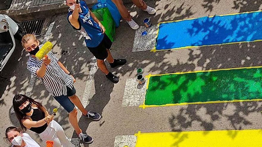 Cassà: bandera irisada en un pas de vianants a la plaça de la Coma