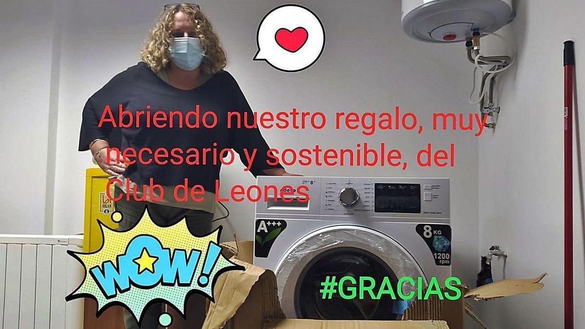 Imagen, con la lavadora, enviada por Casco a los Leones de Oleiros para agradecerles su donación.