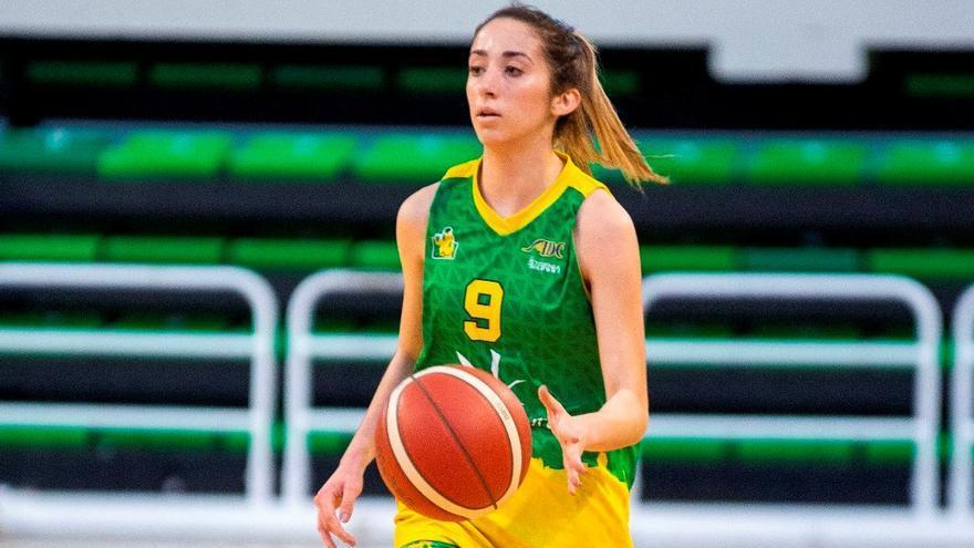 La base Cristina Abad, la primera cordobesa con licencia para jugar en la Liga Challenge