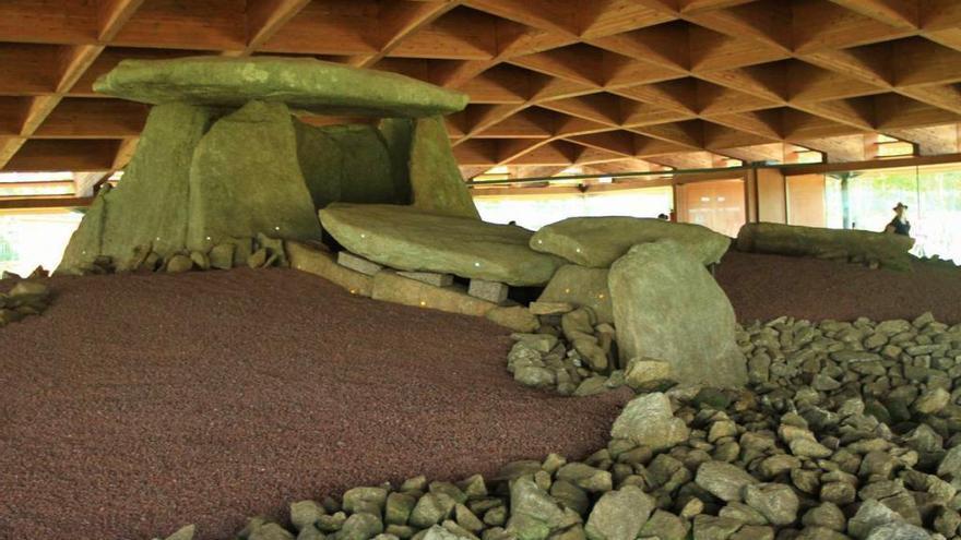 """La Diputación escanea los grabados del  dolmen de Dombate para """"avanzar en su conocimiento"""""""
