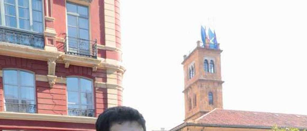 Ángel Caraduje, en la plaza Porlier, en Oviedo.