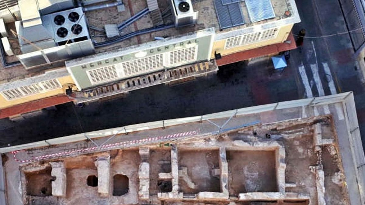 Aerial views of the Arab Baths discovered in front of the Market and access to the refuge.     ELCHE CITY COUNCIL