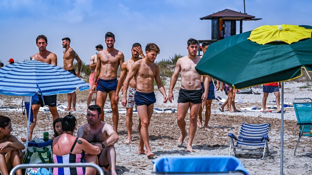 Los futbolistas del Real Zaragoza, antes de darse el baño en la playa del Parque Regional de las Salinas de San Pedro.