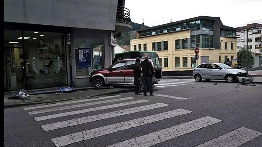 Aparatoso accidente sin heridos en Pola de Laviana